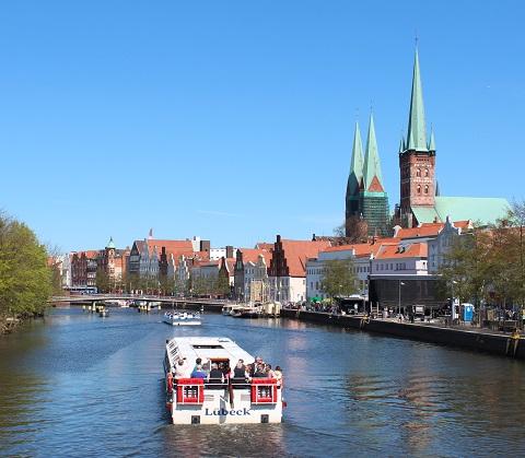 Lübecks erleben bei einer Stadtführung vom Schiff aus